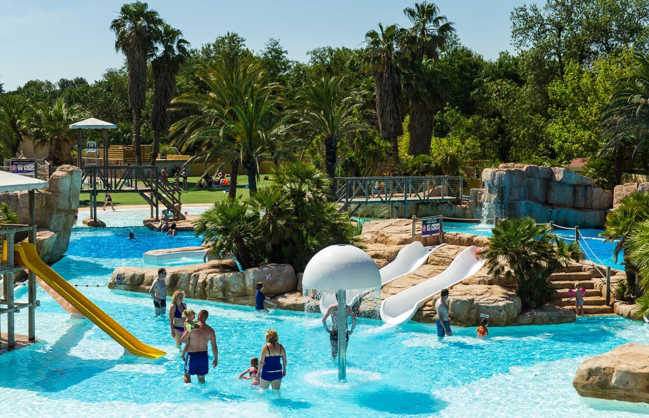 A water park of 10 000 m campsite la sir ne argel s for Camping avec piscine couverte et toboggan